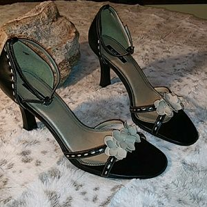 Black leather pump with taupe flowers